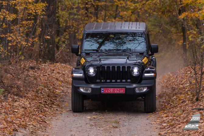 Jeep Wrangler 2019 в лесу